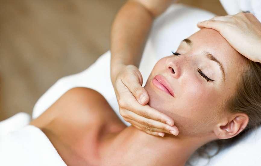 Frau entspannt nach BB Glow Anwendung bzw. Behandlung